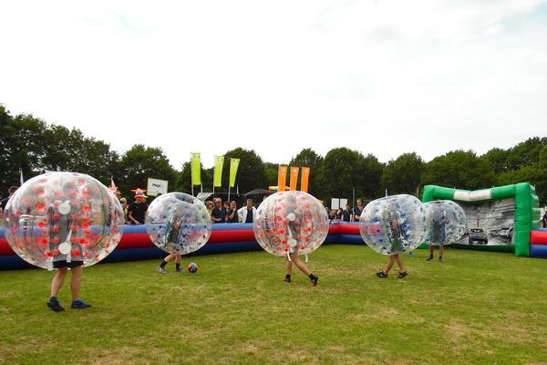 Bubble voetbal op grasveld